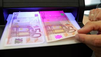 Ein Mann versuchte 1800 Euro Falschgeld über die Schweizer Grenze zu schmuggeln.