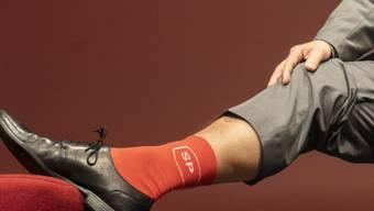 Mit roten Socken ins Wahljahr 2019: Der wiedergewählte SP-Parteipräsident Christian Levrat zeigte den Delegierten am Parteitag seine roten Socken. Er erntete dafür Applaus.