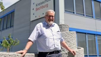 Hat ein bewegtes Lehrer-Leben hinter sich: Hansruedi Joss vor der Kreisschule Bechburg.