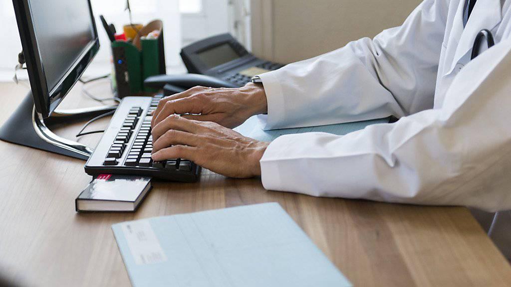 Der Aufbau von elektronischen Patientendossiers soll vereinfacht werden. Der Bund ermöglicht grössere Gemeinschaften, die elektronische Patientendossiers aufbauen. Dadurch erhalten sie mehr Geld. (Symbolbild)