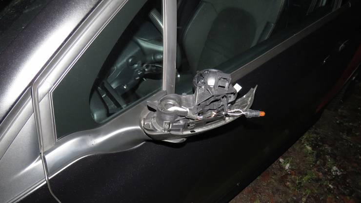 Die Peugeot-Fahrerin hielt mit demolierten Aussenspiegel an – nicht so der andere Lenker.
