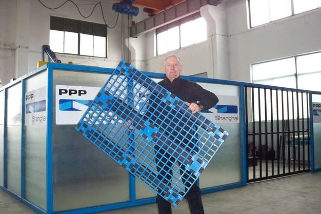 John mit einer Plastikpalette
