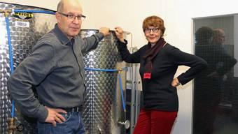 So sehen Goldmedaillen-Gewinner aus: Hans Peter Schmid und Christine Stingelin in ihrer Weinkellerei.