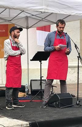 Nationalratskandidat Raphael Schär-Sommer hat eine Ansprache am Foodsave Bankett (links im Bild: Tobias Vega, Olten im Wandel)