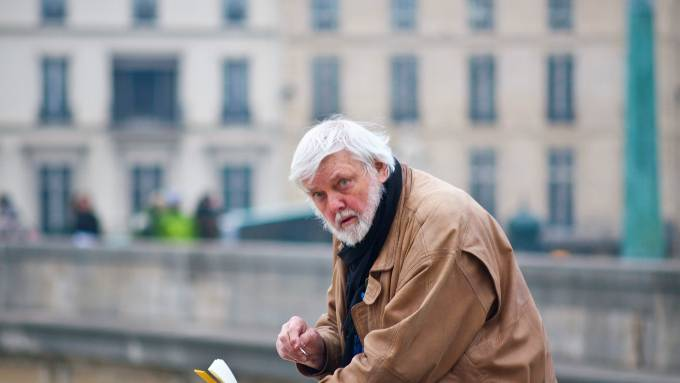 Kurt Hediger skizziert in Paris.
