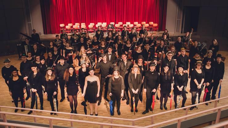 Der Chor und das Orchester singen Werke von Hanns Eisler und Dmitri Schostakowitsch