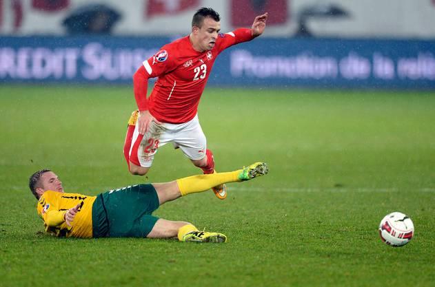 Ein Ausnahmefall: Litauens Freidgeimas stoppt Xherdan Shaqiri. Die Schweiz gewinnt deutlich mit 7:0. (KEYSTONE/Samuel Truempy)