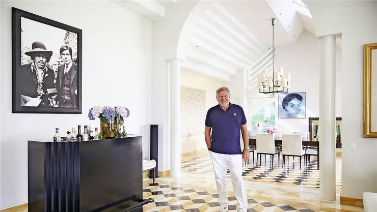 Im Wohnzimmer der Villa Bella Vista hängt ein lebensgrosses Porträt von Jürg Marquard und Jimi Hendrix. Moritz Hager