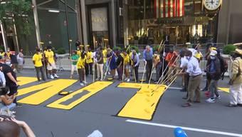 """Auf der Fifth Avenue in New York steht in grossen Lettern """"Black Lives Matter"""".  Der Ort direkt vor dem Trump Tower könnte nicht politischer gewählt sein. Der US-Präsident zeigt sich über den Schriftzug nicht erfreut."""