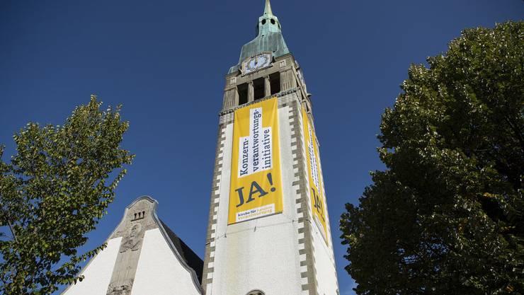 Aufwändige Werbung für die Konzerninitiative bringt die Kirchen unter Druck.