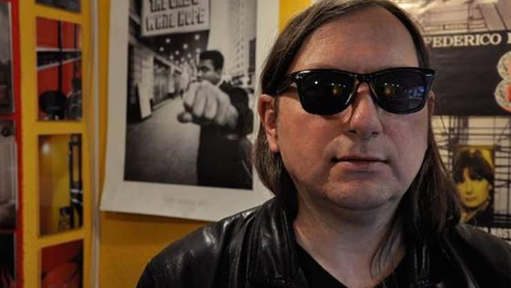 Was am Samstag an Schätzen in seinen Regalen steht, weiss selbst «Dezibelle»-Besitzer Dimitri Denage nicht genau.