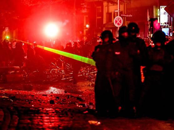 Militante G20-Demonstranten setzen in der Hamburger Innenstadt auch ein Laser-Gerät gegen Polizisten ein.
