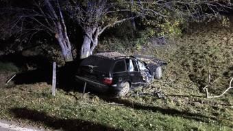 Für zwei Personen im Alter von 20 und 27 Jahren kam am frühen Donnerstagmorgen bei einem Verkehrsunfall in Nax VS jede Hilfe zu spät.