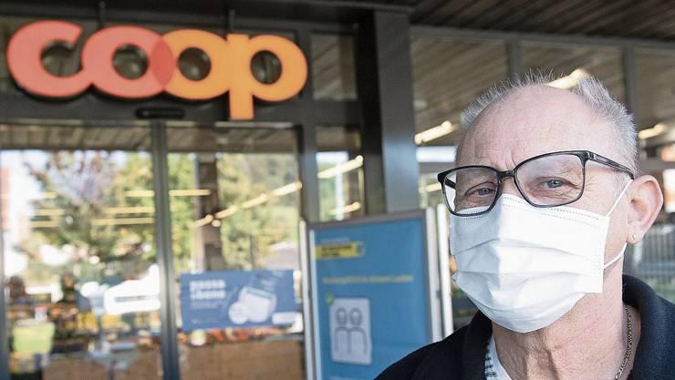 Albert Fässler (70) aus Erlinsbach SO hat schon eine Maske getragen, bevor es Pflicht war. Melanie Kyburz (30) aus Erlinsbach AG trägt keine Maske, fände es aber sinnvoll.