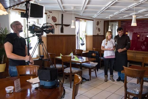 Dreharbeiten des Restaurtanttesters Daniel Bumann beim Bahnhöfli in Würenlos.