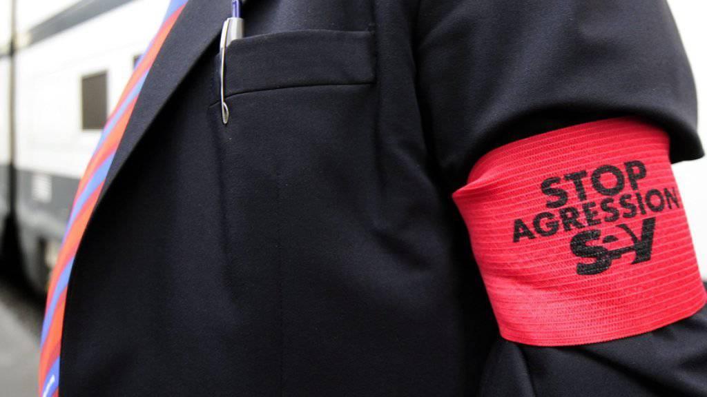Zugbegleiter machten schon 2008 im Zürcher Hauptbahnhof mit «Stopp Agression»-Armbinden auf die zunehmende Gewalt gegen das Personal im öffentlichen Verkehr aufmerksam. (Archiv)