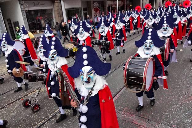 In Formation die Clarastrasse ab.