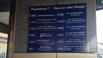 """Praxen-Schild an der Binninger Haupstrasse die als """"Ärztemeile"""" bekannt ist."""