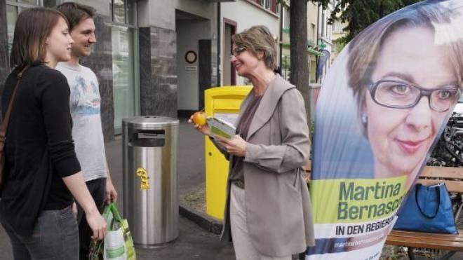 Knapp bei Kasse: Martina Bernasconi bei einer Wahlkampfaktion am Freitagabend vor dem Coop Spalemärt. Foto: Kenneth Nars