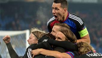 Der grosse Jubel und die grosser Erlösung nach dem Wahnsinn: Die FCB-Spieler bejubeln den Siegtreffer Zuffis.Keystone