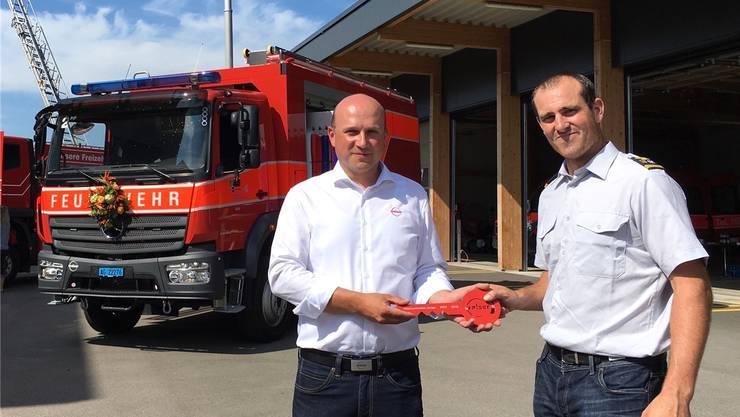 Feuerwehr Oberlunkhofen-Jonen: Fahrzeugschlüssel für den Kommandanten Thomas Etterlin (rechts).