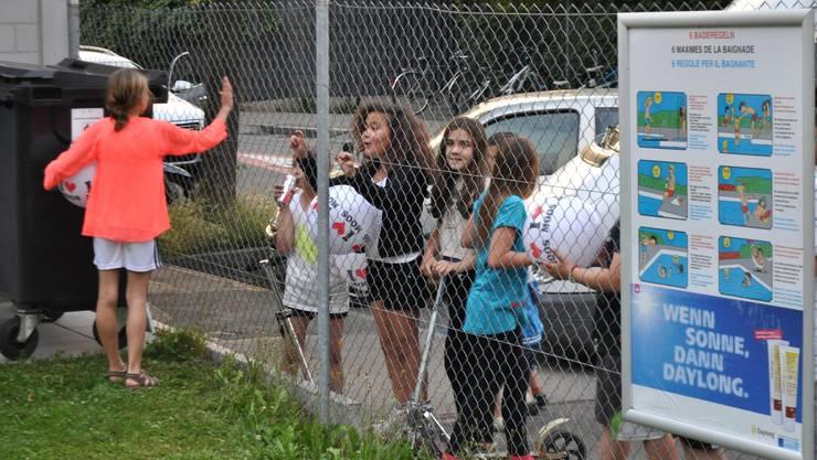 4_Einige Kinder baten gar vom Zaun aus um ein Autogramm