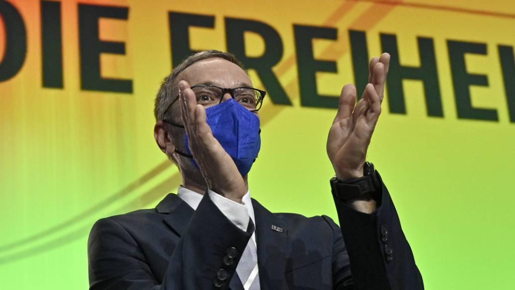 FPÖ-Fraktionschef Herbert Kickl applaudiert beim Außerordentlicher Bundesparteitag der FPÖ. Nach dem Rücktritt von Hofer wurde der vom Parteipräsidium nominierte FPÖ-Fraktionschef Herbert Kickl zum neuen Chef der Rechtspopulisten in Österreich gewählt.