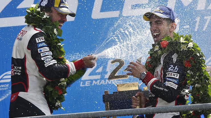 Der Autorennfahrer Sébastien Buemi (rechts) hat Mitte Juni zusammen mit dem Spanier Fernando Alonso (links) das 24-Stunden-Rennen von Le Mans gewonnen und ist nun Ehrenbürger seiner Wohngemeinde Aigle VD.