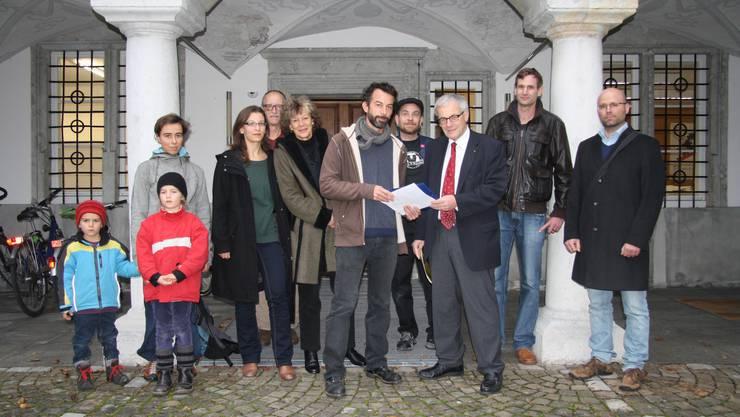 Christian Baur übergibt die Petition an Kurt Fluri