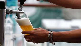 Auch in Krisenzeiten wird gerne getrunken - für einmal aber ist alkoholfreies Bier gefragt. (Symbolbild)