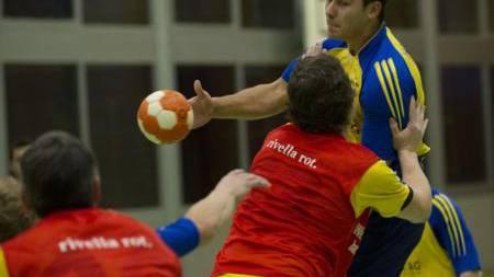 Bürens Patric Staub (am Ball) bleibt an der starken Abwehr des HV Langenthal hängen.