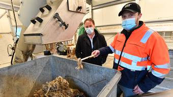 André Fürst (rechts) mit ARA Aaregäu-Präsident Thomas Blum bei den aussortierten Abfällen.