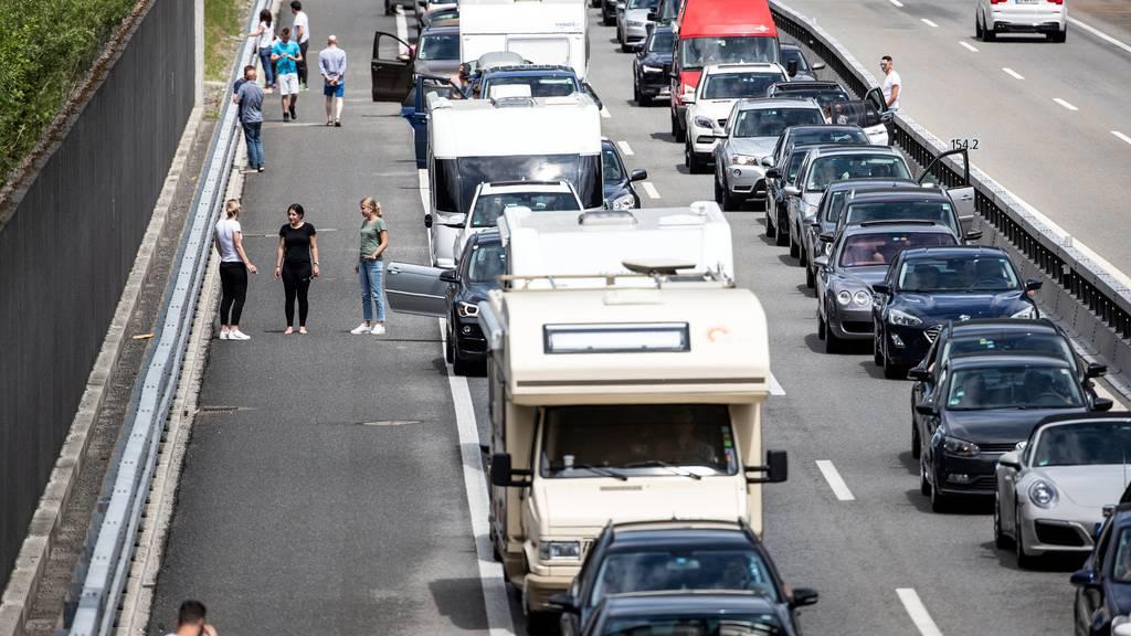 Anstandsregeln gelten nicht nur neben der Strasse, sondern auch auf der Autobahn - wie hier vor dem Gotthard in Silenen (Bild: Keystone (8. Juni 2019)).