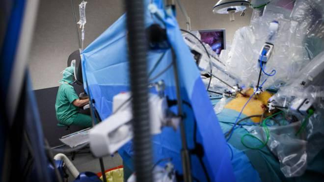 Ferngesteuerte Operation: Der Chirurg bedient die Instrumente im Bauch des Patienten über eine Konsole. Foto: Amelie-Benoist/BSIP