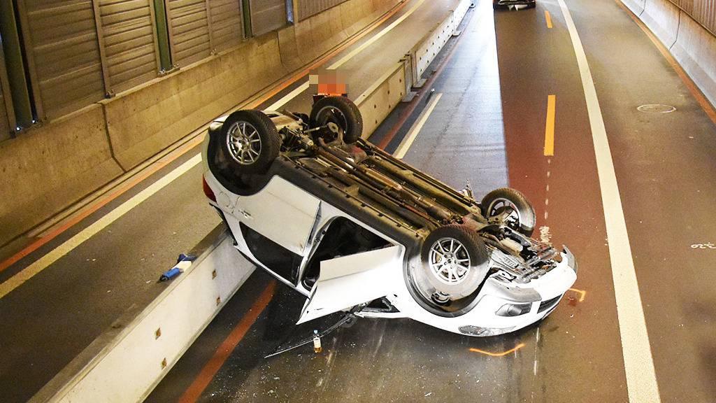 Auto landet nach spektakulärem Unfall bei auf dem Dach