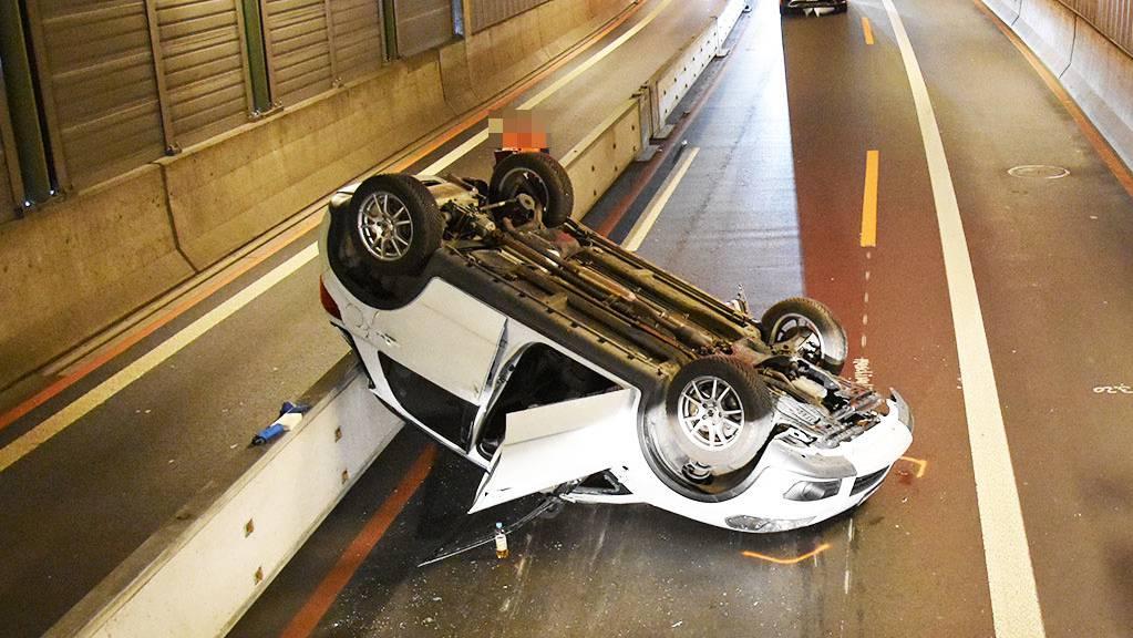 Das Auto landete auf dem Dach, die Lenkerin verletzte sich.