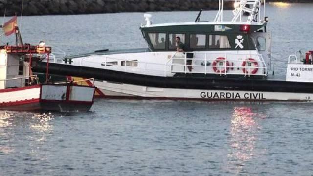 Spanisches Polizeiboot (l.) eskortiert ein Fischerboot (Archiv)
