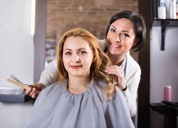 Coiffeusen sind manchmal genauso wichtig für die Frisur wie für die Psyche.