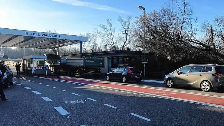 Am Grenzübergang in Waldshut stand am Montagmorgen um 8 Uhr die Polizei parat, um den Einreiseverkehr am Zoll zu überwachen. Der Ausreiseverkehr in die Schweiz lief wie jeden Tag.