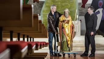 Maler Bruno Krüttli (li.) hat die Statue für eine Diplomarbeit restauriert. Pfarrer Stefan Kemmler freut sich über die Rückgabe.