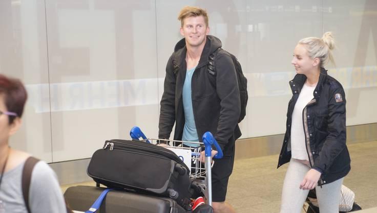 Curtis Gedig mit seiner Freundin bei der Ankunft am Flughafen Zürich