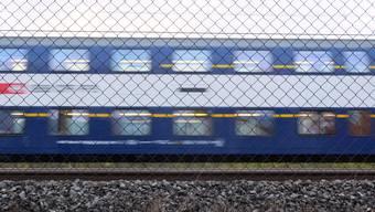 Eine S-Bahn fährt durch Dietikon Silbern (beim Coop) am 11. Januar 2018