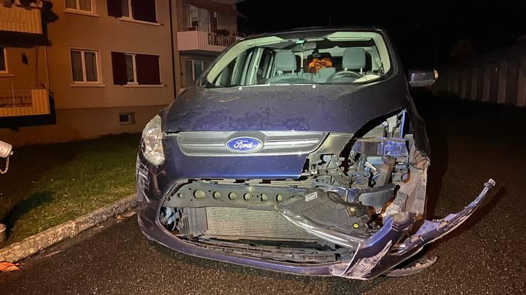 ...zudem kollidierte sie auch mit einem parkierten Auto.