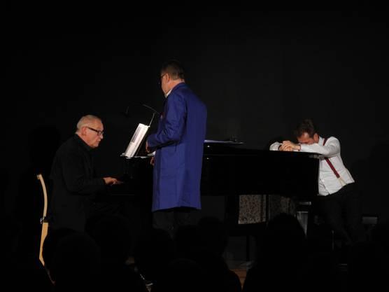 Markus Notter singt - mit dem Rücken zum Publikum