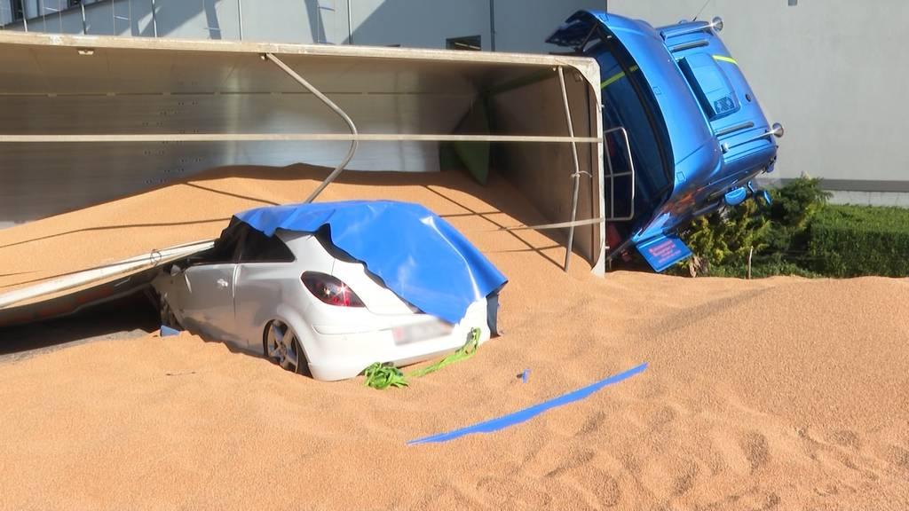 Getreide-Ladung auf der Fahrbahn: Drei Verletzte nach Verkehrsunfall in Trubschachen