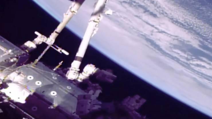 """Das von der Nasa publizierte Foto zeigt die beiden Astronauten während ihres """"Spacewalks""""."""