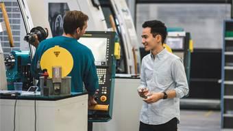 Yannick Berner (rechts), hier im Gespräch mit einem Mitarbeiter der Urma AG in Rupperswil, befürchtet eine Diskriminierung ganzer Branchen.