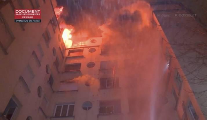 Ein Mensch wurde bei dem Feuer in einem achtstöckigen Haus im 16. Pariser Bezirk im Westen der französischen Hauptstadt schwer verletzt.
