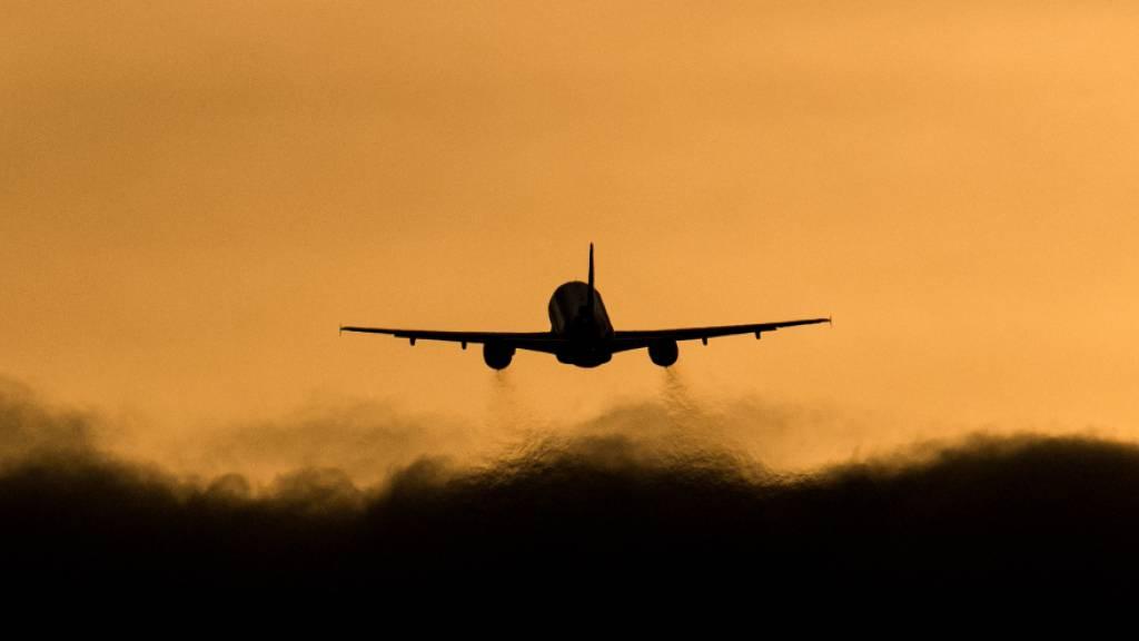 ARCHIV - Abflug in die Heimat: Italiener, die derzeit in Großbritannien festsitzen, dürfen nun doch wieder zurückreisen. Foto: Daniel Reinhardt/dpa