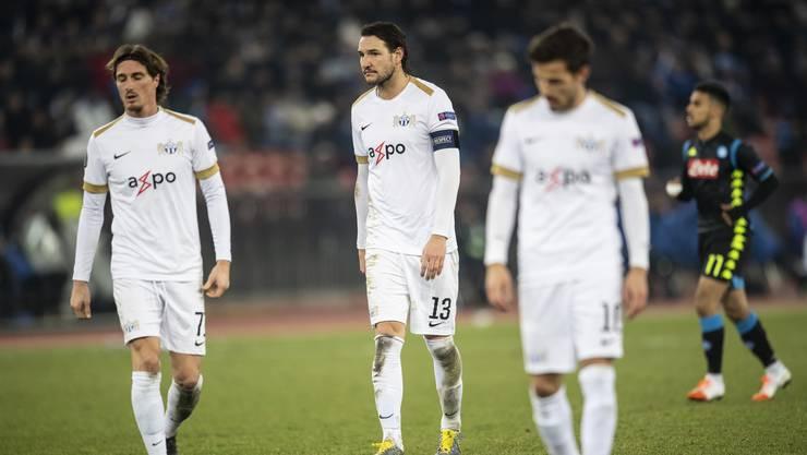 Ernüchtert: Mit hängenden Köpfen schleichen die Zürcher nach der von Napoli erteilten Fussball-Lektion in die Kabine.